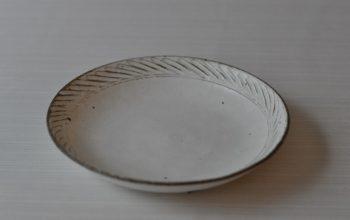 美濃焼 粉引斜十草彫皿